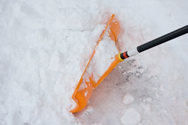 雪かきのコツは? 屋根の雪下ろしから玄関前の雪かきまで簡単にできる道具を紹介!