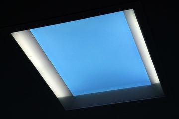 三菱の青空ライトがヤバイ…。 室内でも明るい天窓に見える照明が登場!